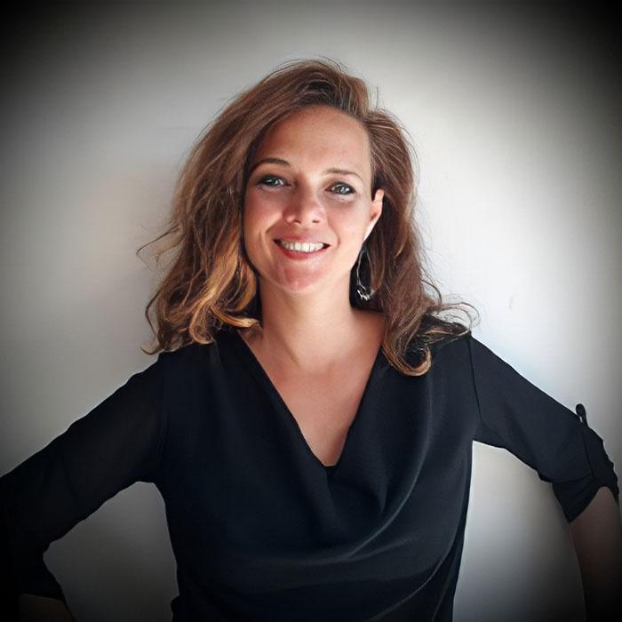 Read more about the article Issue du monde du théâtre, Antoinette dispense des formations en communication.